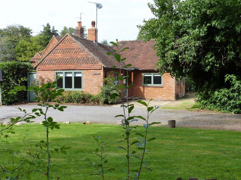 2 Bedrooms Detached Bungalow for sale in Near Dunsfold