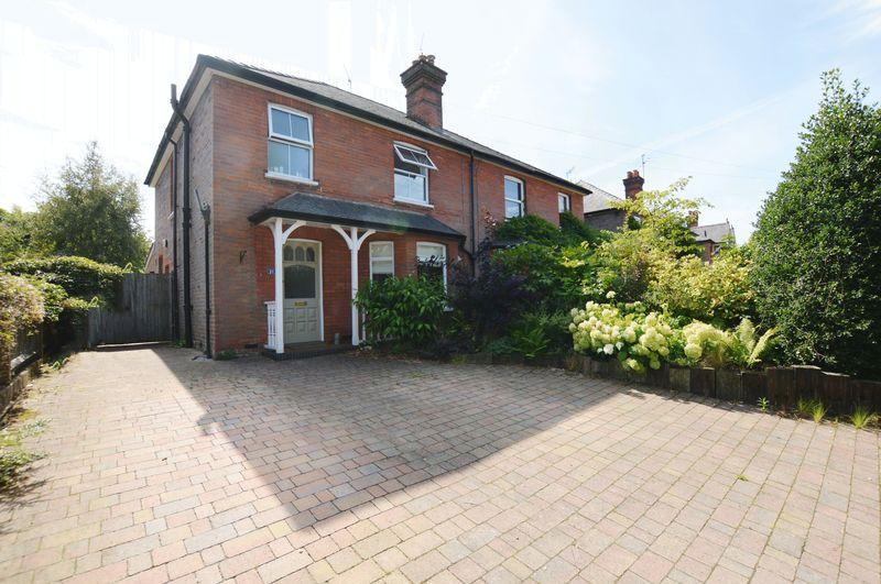 3 Bedrooms Semi Detached House for sale in Crownpits Lane, Godalming