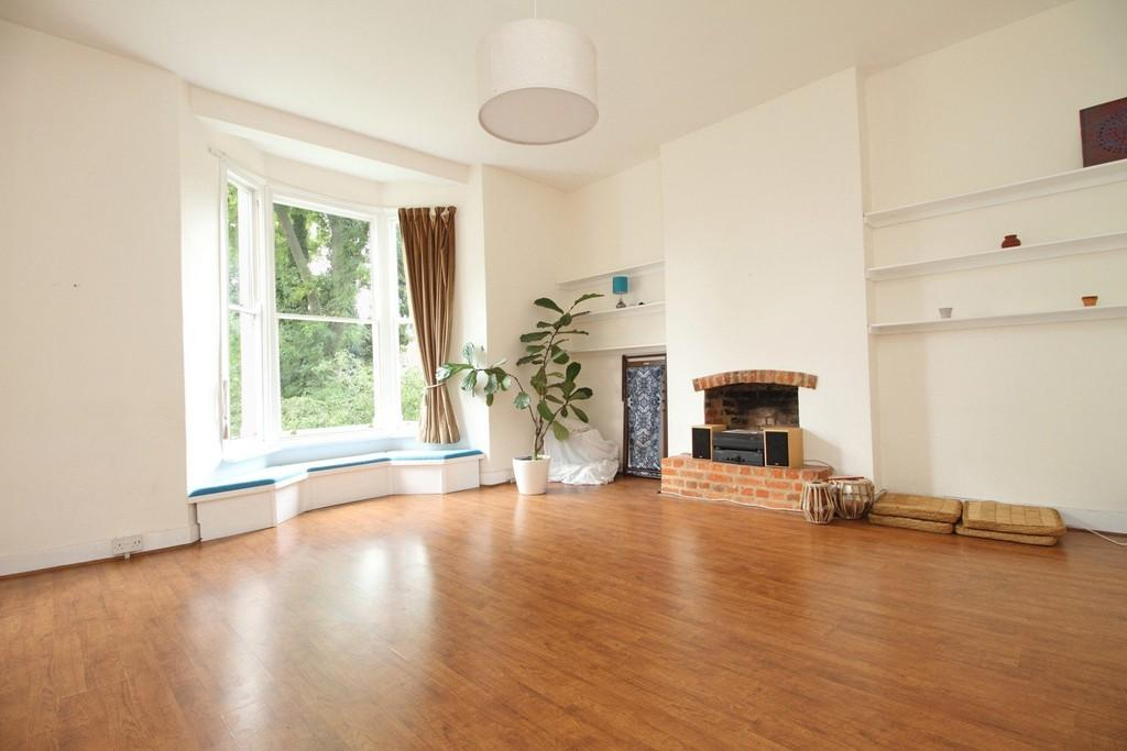 2 Bedrooms Apartment Flat for sale in Queens Drive, N4 2BE