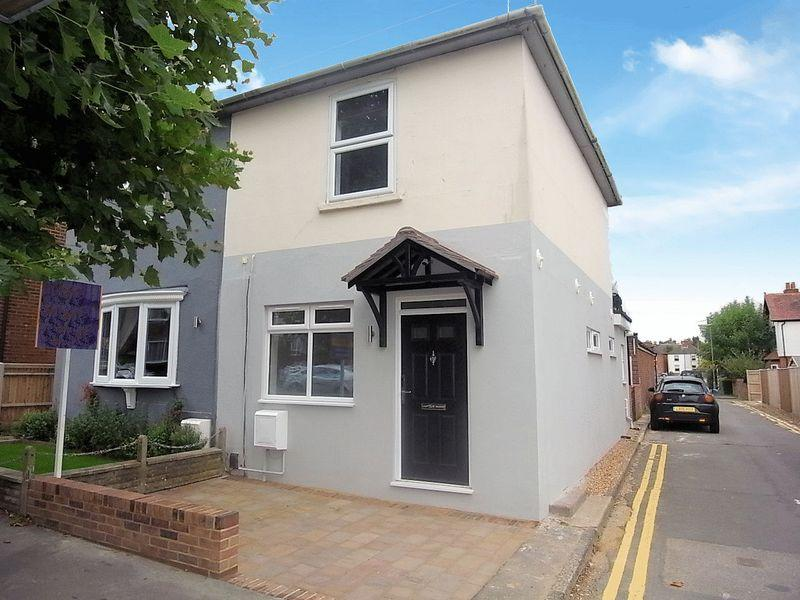 2 Bedrooms Apartment Flat for sale in Worplesdon Road, Guildford