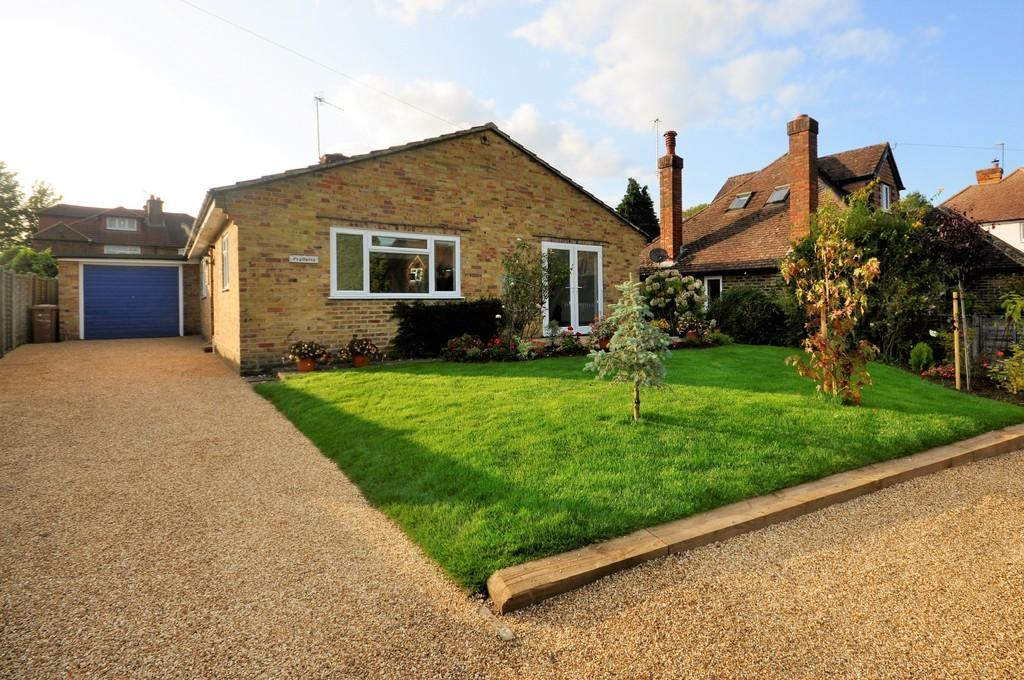 3 Bedrooms Detached Bungalow for sale in Tilthams Green, Godalming