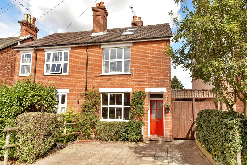 3 Bedrooms Semi Detached House for sale in Weydon Hill Road, Farnham