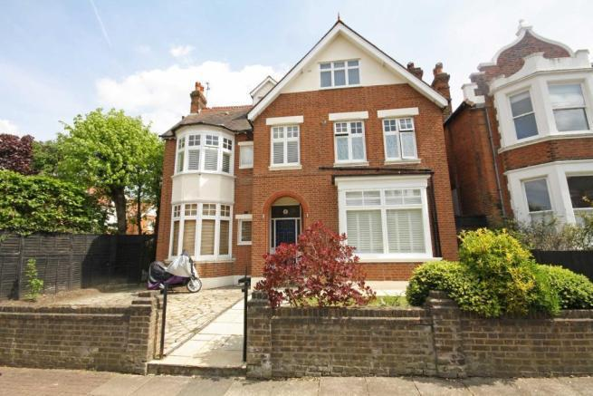 2 Bedrooms Flat for sale in Holmbush Road, London