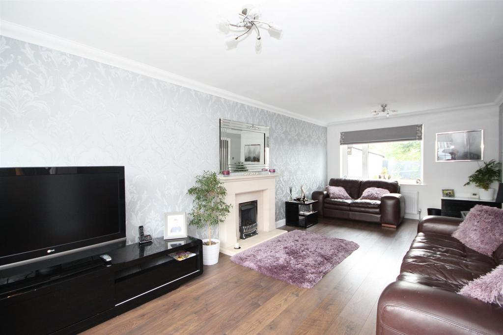 4 Bedrooms House for sale in Cricketers Green, Yeadon, Leeds