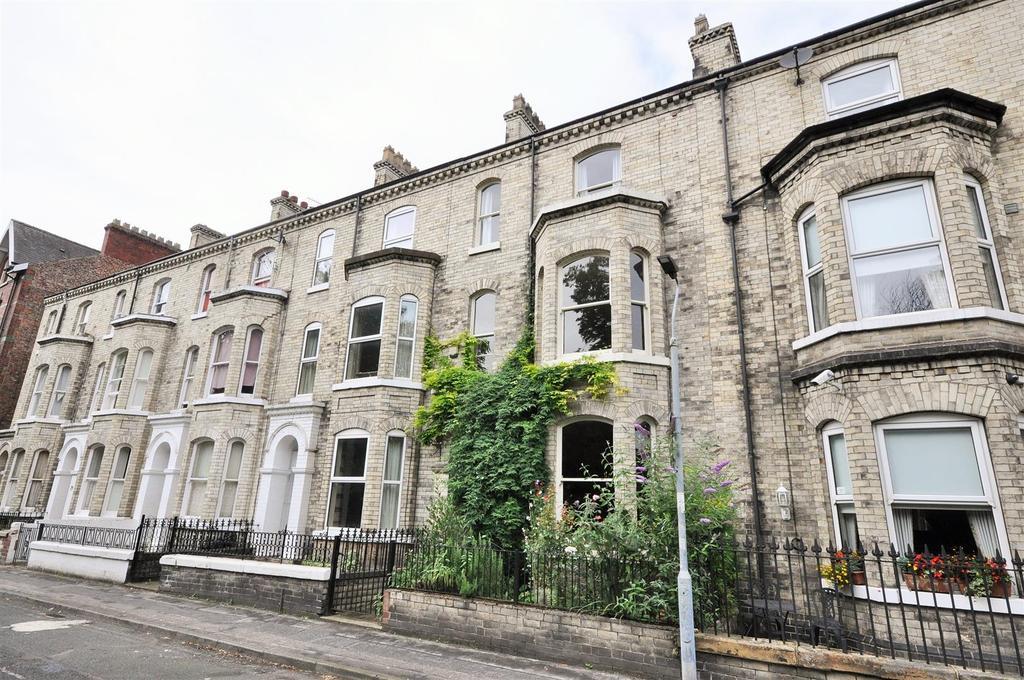 4 Bedrooms Terraced House for sale in Grosvenor Terrace, Bootham, York, YO30 7AG