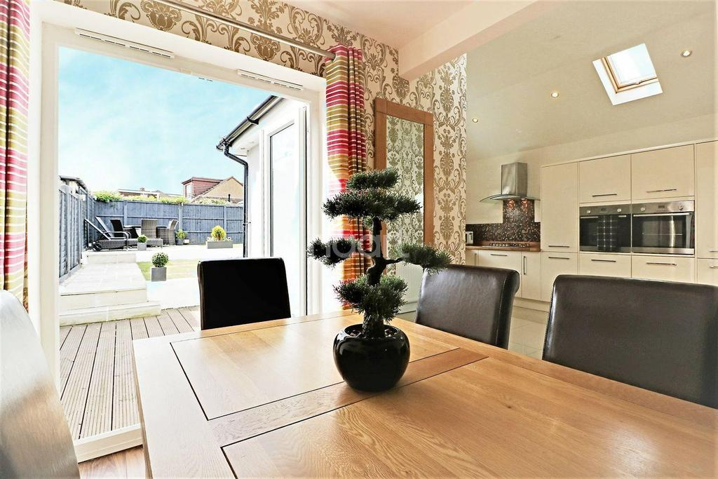 3 Bedrooms Semi Detached House for sale in Somerden Road, Orpington