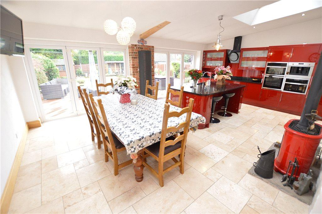 4 Bedrooms Semi Detached House for sale in Barrowby Lane, Leeds