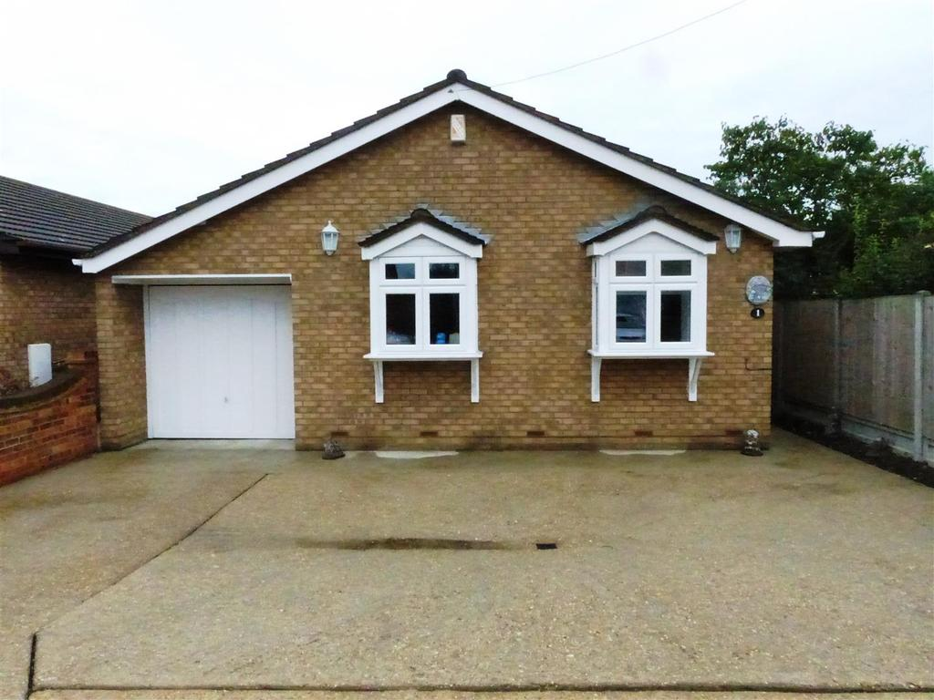 3 Bedrooms Detached Bungalow for sale in Miramar Avenue, Canvey Island