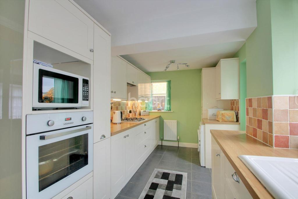 3 Bedrooms Semi Detached House for sale in Sparrows Herne, Basildon