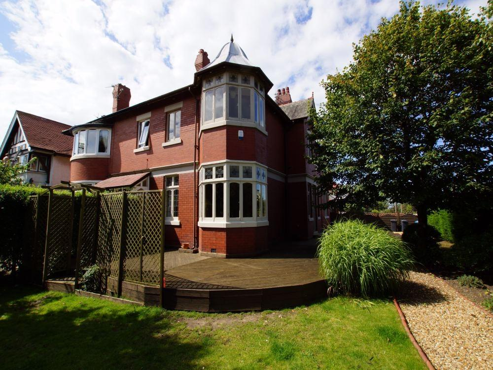 3 Bedrooms Semi Detached House for sale in St Annes Road East, St. Annes, Lancashire