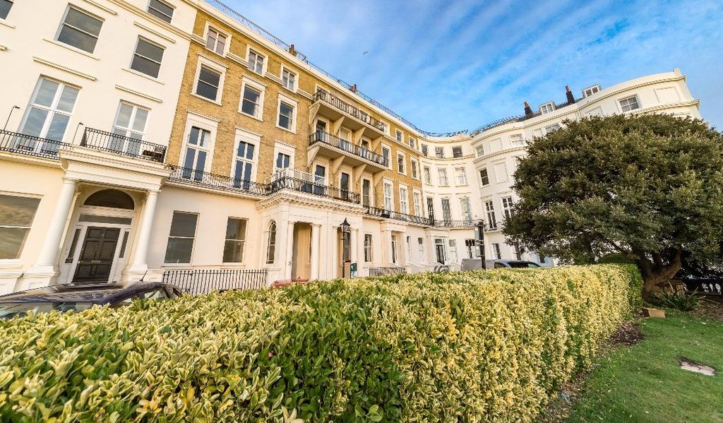 2 Bedrooms Flat for sale in Eastern Terrace Brighton East Sussex BN2