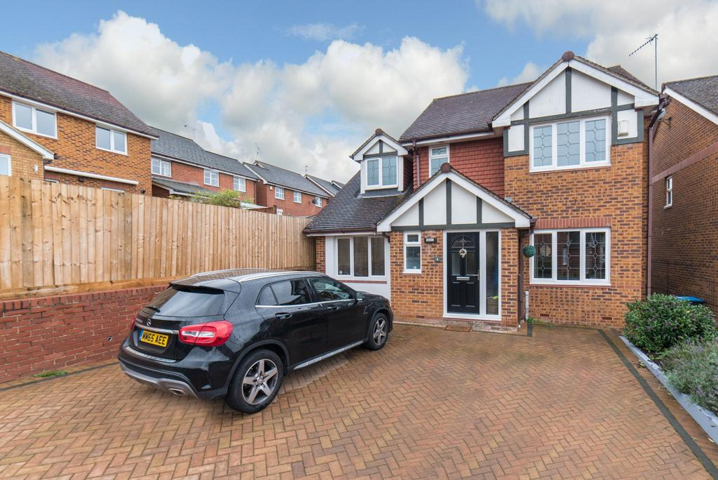 4 Bedrooms Detached House for sale in Admiral Way, Oakleys, Berkhamsted HP4