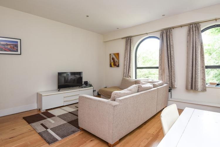 2 Bedrooms Flat for rent in Inner Park Road SW19
