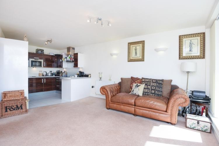 2 Bedrooms Flat for rent in Mapleton Road London SW18