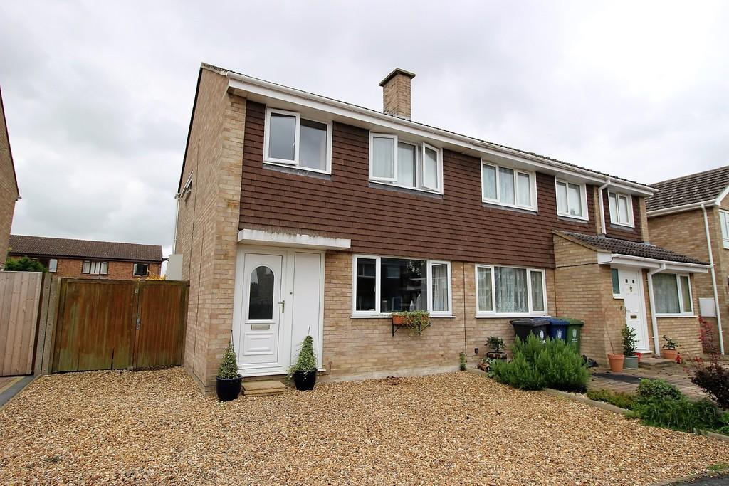 3 Bedrooms Semi Detached House for sale in Walnut Tree Close, Bassingbourn