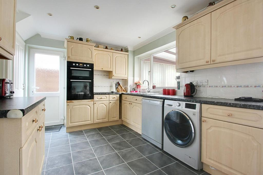 3 Bedrooms Semi Detached House for sale in Townsend Road, Tiptree, CO5