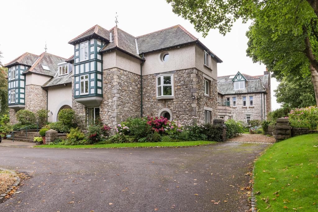 2 Bedrooms Ground Flat for sale in Flat 6 Heathcliffe Court, Redhills Road, Arnside, Cumbria, LA5 0AT