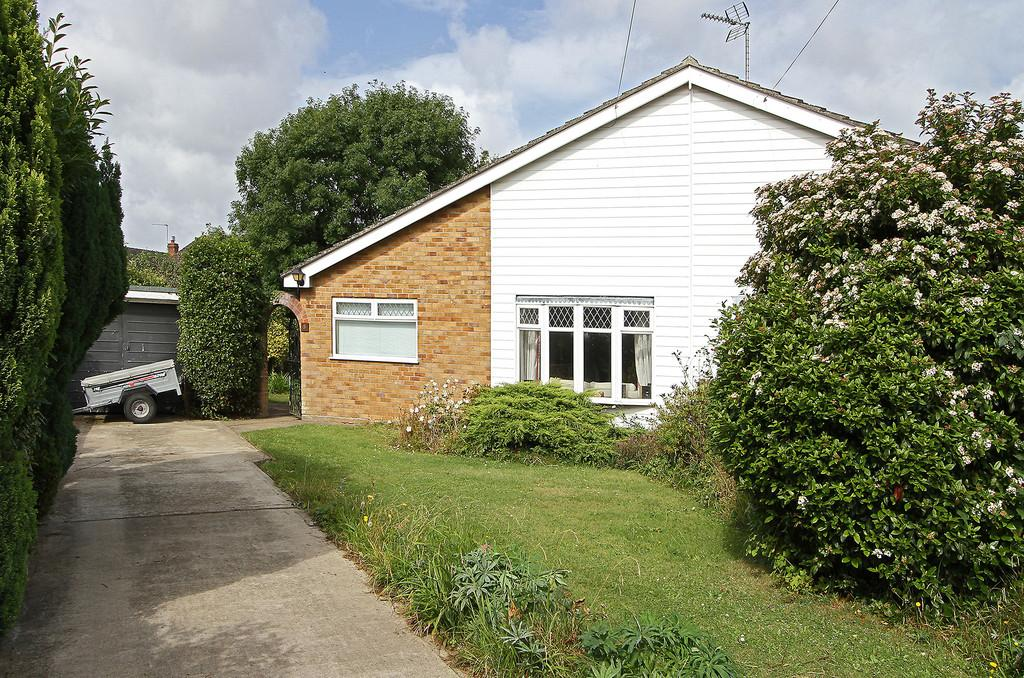 3 Bedrooms Semi Detached Bungalow for sale in Central Close, Hethersett