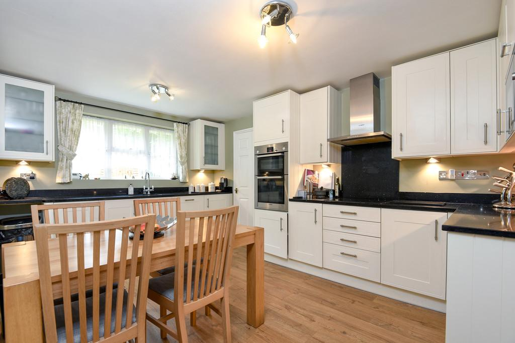 4 Bedrooms Detached House for sale in Beech Hurst Close, Maidstone