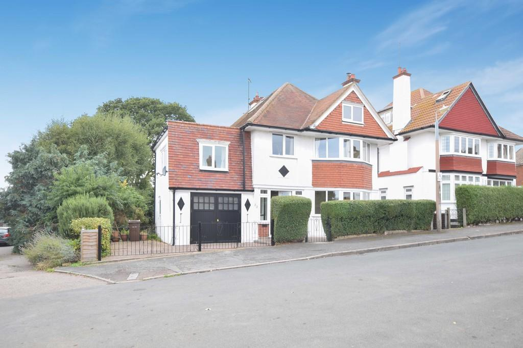 5 Bedrooms Detached House for sale in St. Michaels Road, Dovercourt, CO12 3RZ