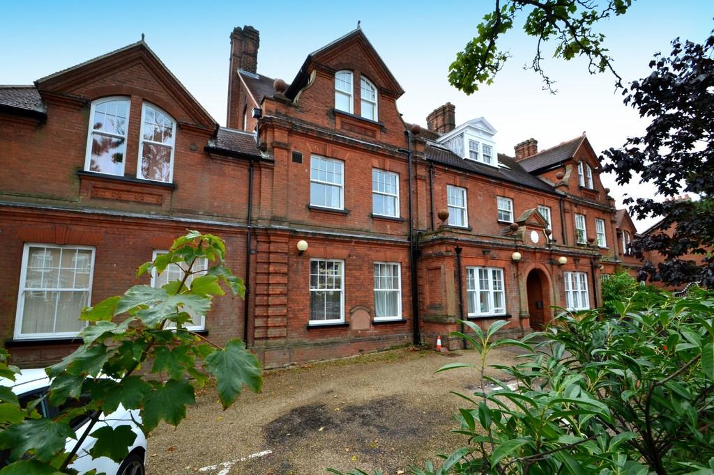 3 Bedrooms Apartment Flat for sale in Foxhall Road, Ipswich, IP3 8HW