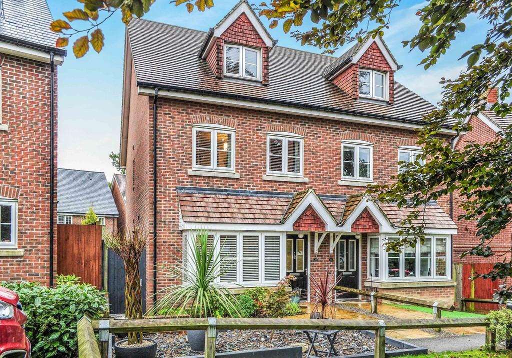 3 Bedrooms Semi Detached House for sale in St Aidan Close, Southgate