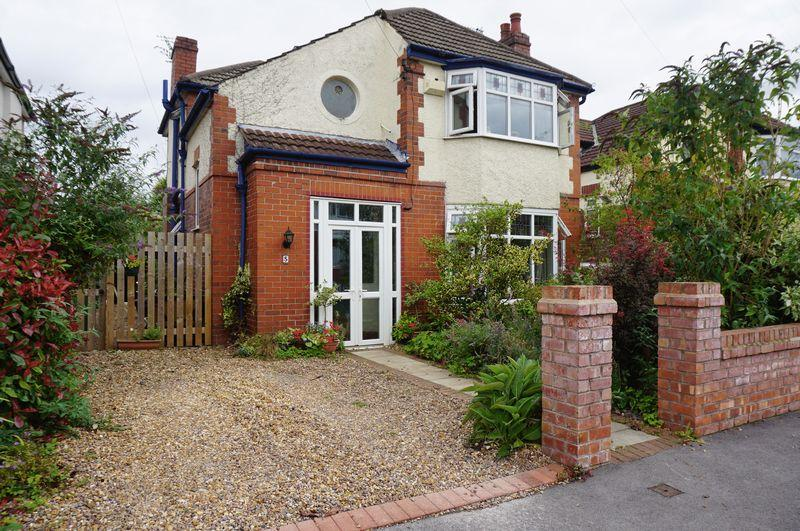 3 Bedrooms Detached House for sale in Balmoral Avenue, Cheadle Hulme