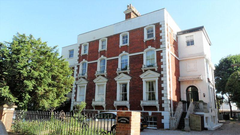 3 Bedrooms Apartment Flat for sale in Palace Road, Hampton Court, Surrey