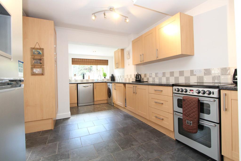 3 Bedrooms Semi Detached House for sale in Queens Crescent, Horndean, Waterlooville