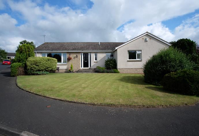 3 Bedrooms Bungalow for sale in 4 Spylaw Park, Kelso, TD5 8DS
