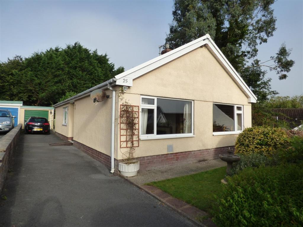 3 Bedrooms Bungalow for sale in Brynteg Pentremeurig, Carmarthen