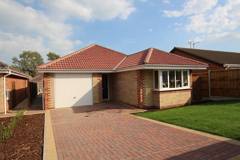 3 Bedrooms Detached Bungalow for sale in Dairy Meadow Gardens, Walton On The Naze
