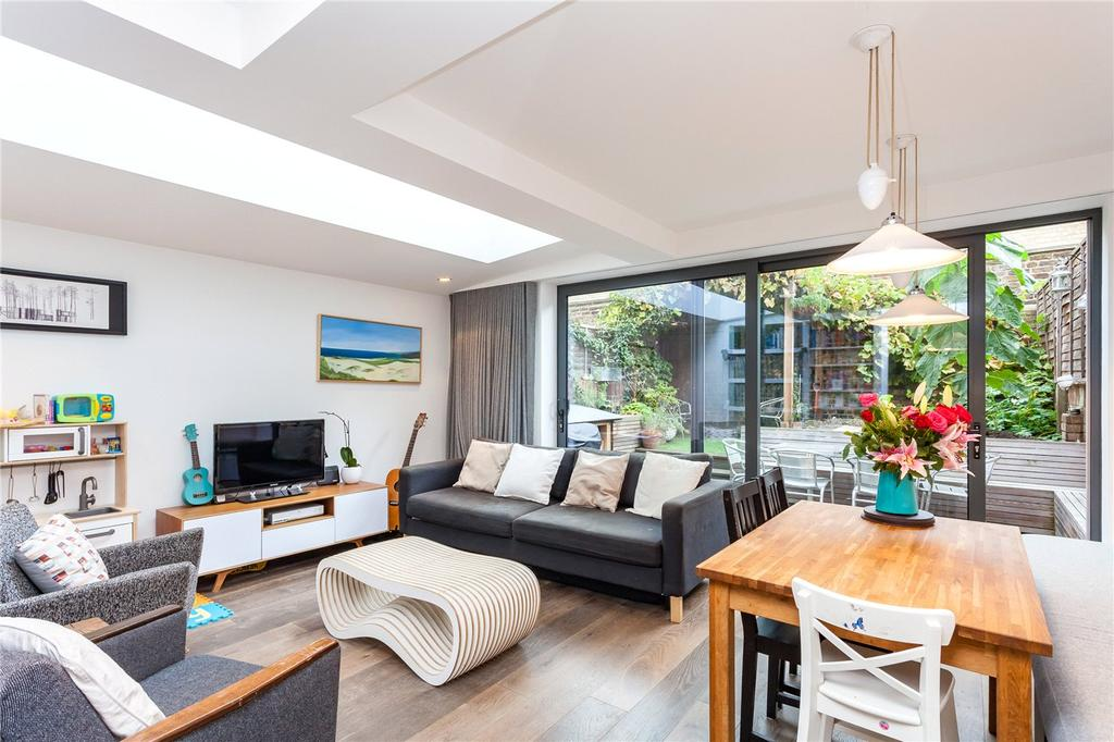 2 Bedrooms Flat for sale in Mackenzie Road, London, N7
