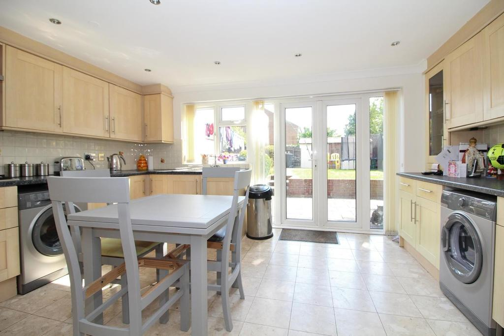 4 Bedrooms End Of Terrace House for sale in Hawfinch Walk, Chelmsford, CM2