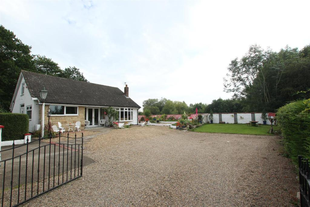 3 Bedrooms Detached Bungalow for sale in Hurworth Place, Darlington