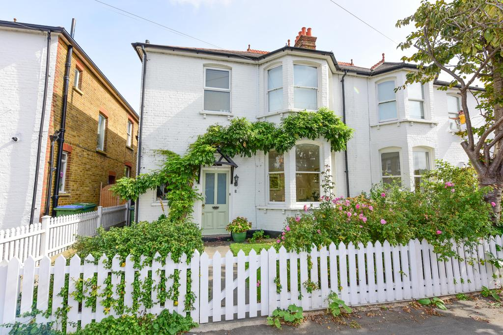 2 Bedrooms Ground Flat for sale in Highfield Road, WALTON O THAMES KT12