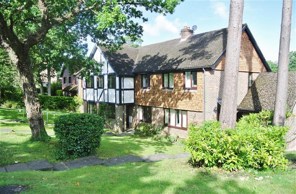3 Bedrooms Terraced House for sale in Broad Ha'penny, Farnham