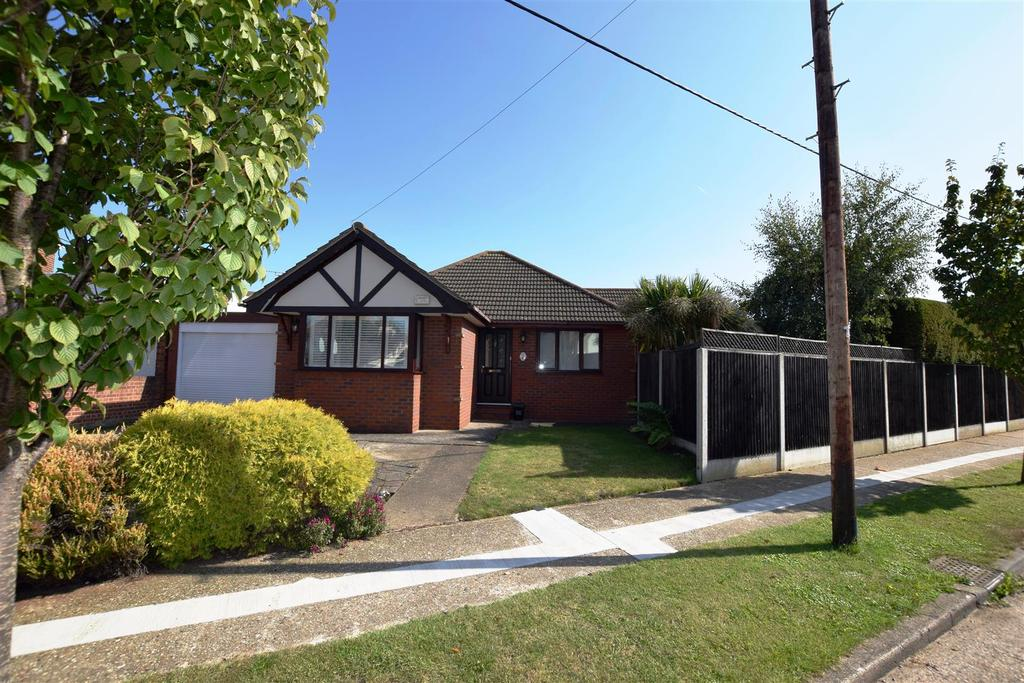 3 Bedrooms Detached Bungalow for sale in Mayland Avenue, Canvey Island