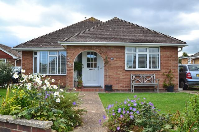 3 Bedrooms Detached Bungalow for sale in Singleton Crescent, Goring by Sea, West Sussex, BN12 5DJ