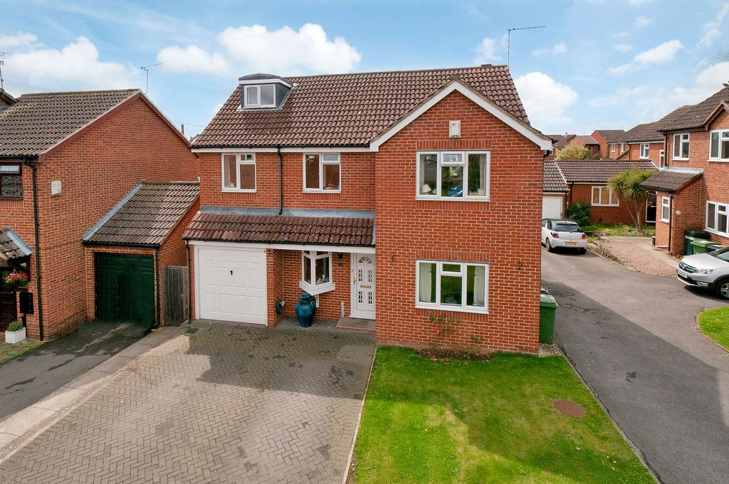 5 Bedrooms Detached House for sale in Crownfields, Weavering