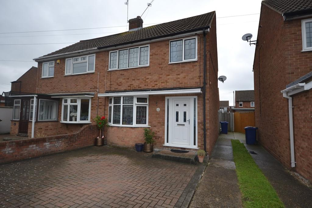 3 Bedrooms Semi Detached House for sale in Tudor Avenue, Stanford-le-Hope, SS17