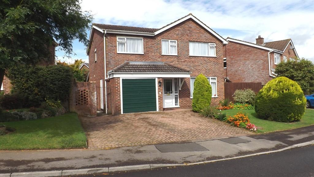 5 Bedrooms Detached House for sale in Warwick Close, Chepstow