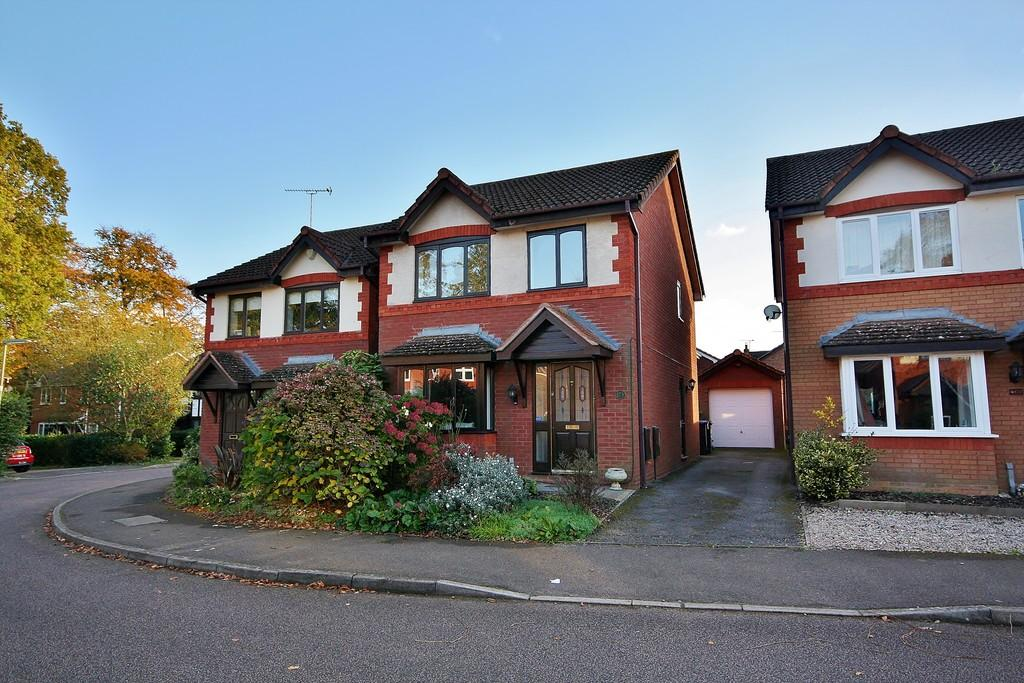3 Bedrooms Detached House for sale in Knaphill, Surrey