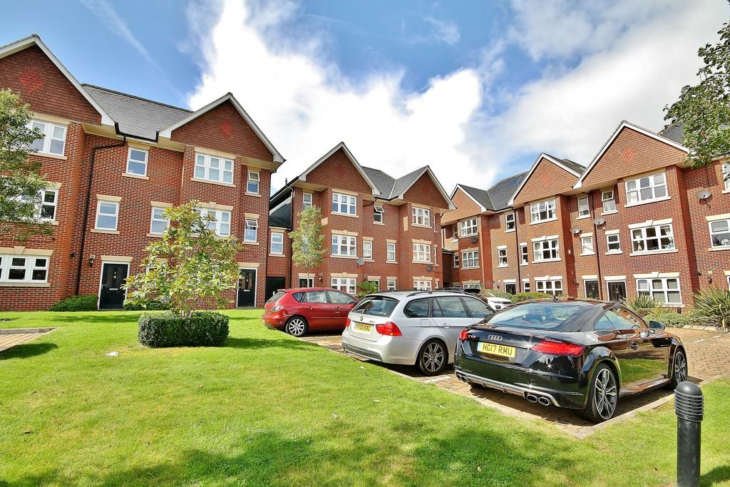 4 Bedrooms Town House for sale in Woking, Surrey