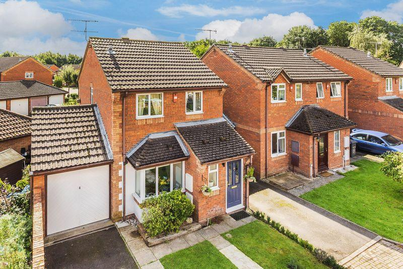 3 Bedrooms Detached House for sale in Weywood Close, Farnham
