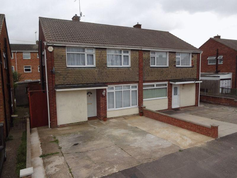 3 Bedrooms Semi Detached House for sale in Percheron Drive, Luton