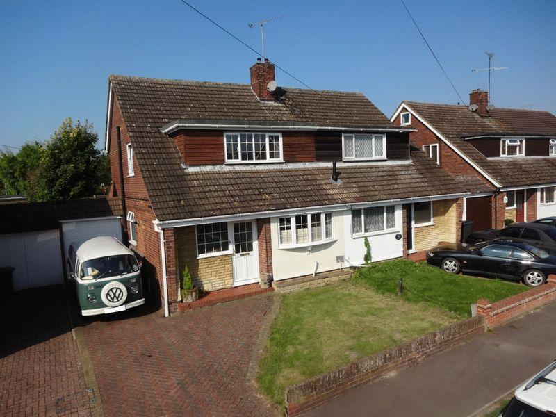 3 Bedrooms Semi Detached House for sale in Dalling Drive, Houghton Regis