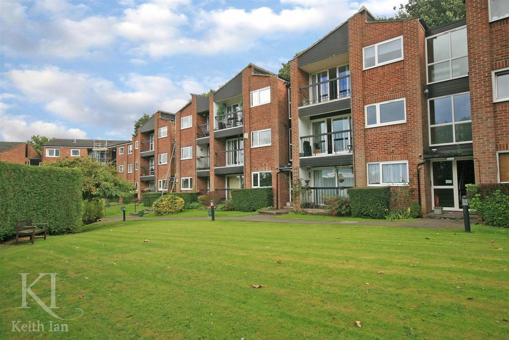 3 Bedrooms Apartment Flat for sale in The Spinney, Hertford