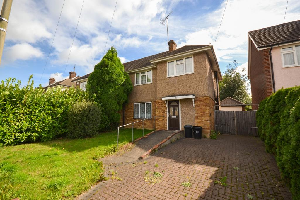 3 Bedrooms Semi Detached House for sale in Abbots Close, Shenfield, Brentwood, Essex, CM15