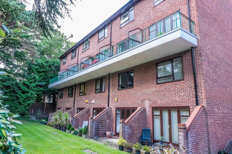 2 Bedrooms Flat for sale in Lindsay Road, Branksome Park, Poole